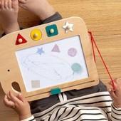 Medzi našich nových obľúbencov pribudla značka @petitcollage - americká firma, kde sa spája dizajn, ekológia a udržateľnosť 🌳 Táto drevená kresliaca tabuľa je novinka, ktorú sme pre Vás práve naskladnili 🥳 A zábava v štýle - nakresli/zotri - sa môže začať 🎨✏️ 📸 @petitcollage  . . . #byrory #hrackarstvo #drevenehracky #novehracky #predeti #detskyobchod #detskysvet #novinky #kreslenie #dievcata #chlapci #deticky #darcek #novahracka #detskysvet  #pracujucamama #akcnamama #mamanamaterskej #hracky #detskyeshop